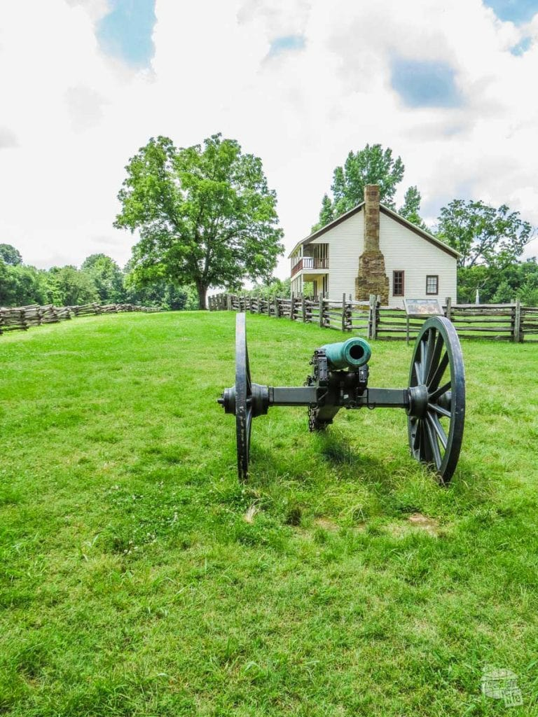 A cannon from the Battle of Pea Ridge with Elkhorn Tavern in the background