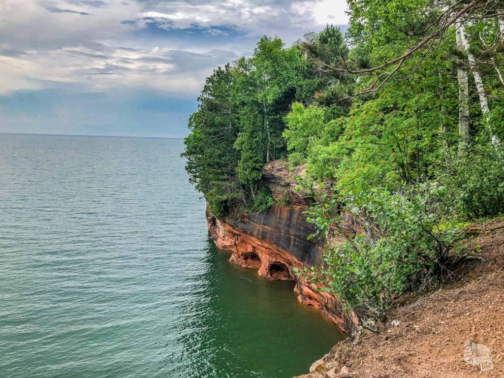 Caves carved out by the sea and ice on Lake Superior at Apostle Islands NL.